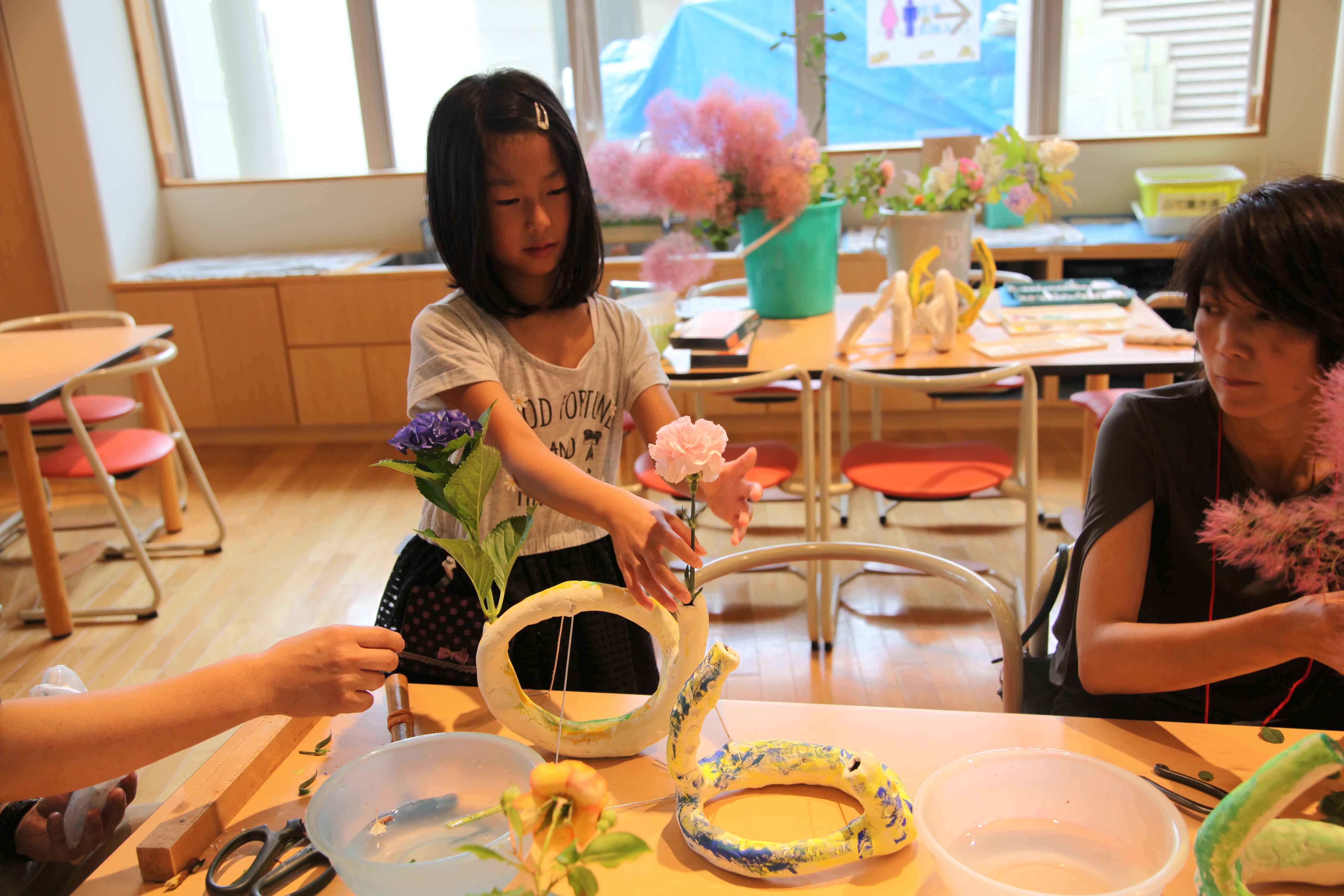 館長メモリーⅣ「親子で現代アートいけばなにチャレンジ:世界に一つのアンフォルメル花器づくりと季節のいけばな!」参観記