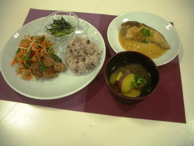 料理教室 「小・中・高の効果的な食事のポイント~主菜の肉料理・魚料理&副菜のレパートリーを増やそう!~」を開催しました。